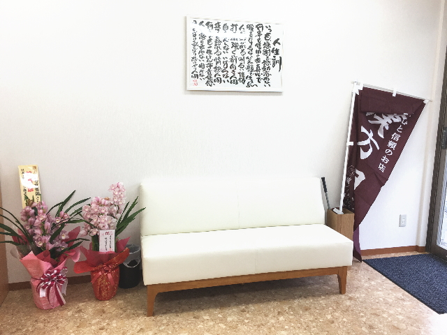 お店の右側にはお待ちいただく際のソファーを設置