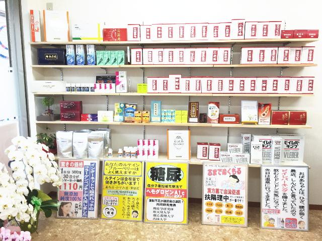 漢方延寿堂薬舗の店内に入ると、左側に漢方薬や選りすぐりの健康食品などが陳列された商品棚があります