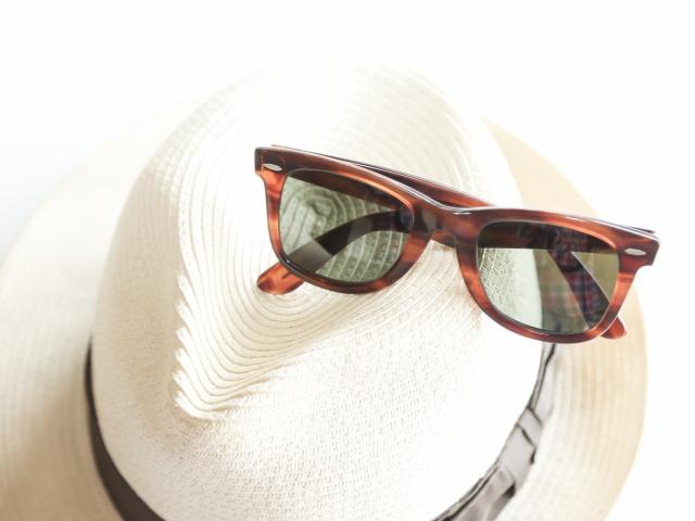 私は日ごろ、日中外に出るときは帽子をかぶるようにし、長時間の場合はサングラスをかけていますが、サングラスも日陰に入ると見え辛くなり不便さを感じています。
